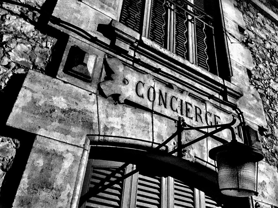 détail de porte d'immeuble en noir et blanc