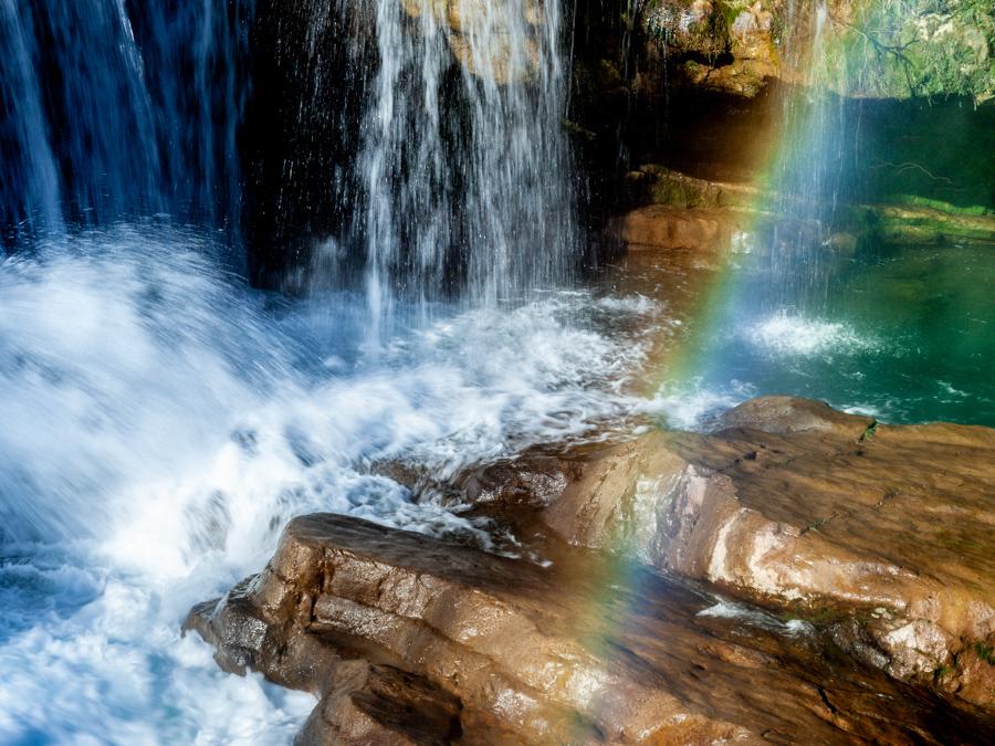 arc-en-ciel sur cascade de rochers