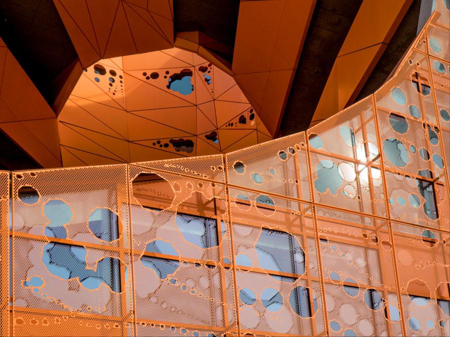 architecture contemporaine métal orange reflets bleus
