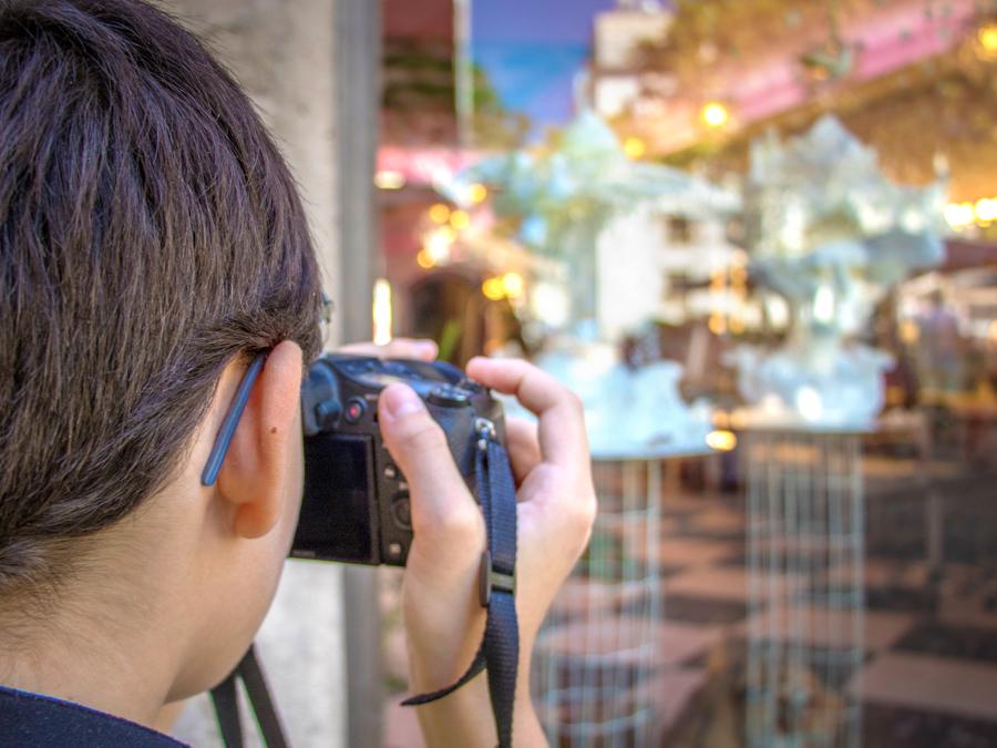 jeune photographe fait un autoportrait en reflet